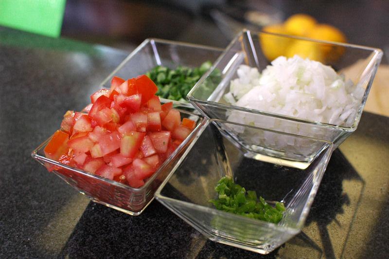 Picar el jitomate guaje, cebolla blanca, chile dulce, alcaparras, aceitunas y diente de ajo.