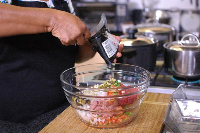 Agregar 60 gramos de recado negro y la yema cocida picada. Revolver muy bien para integrar todos los ingredientes.