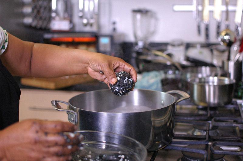 Tomar un poco de carne para formar una bolita pequeña, hacer un hueco y rellenar media yema de huevo cocida