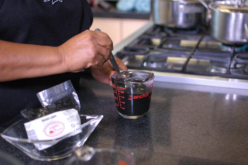 Para preparar el caldillo; Diluir el resto del recado negro en media taza de agua, la harina de trigo en media taza de agua y colar.