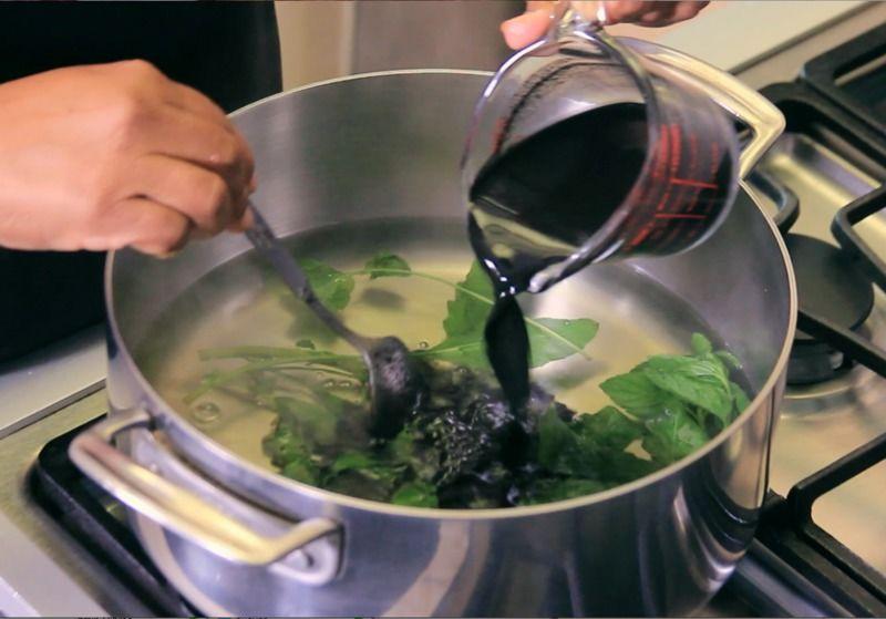 Hervir el litro de agua junto con la rama de epazote, la rama de hierbabuena y el recado diluido, dejar hervir.