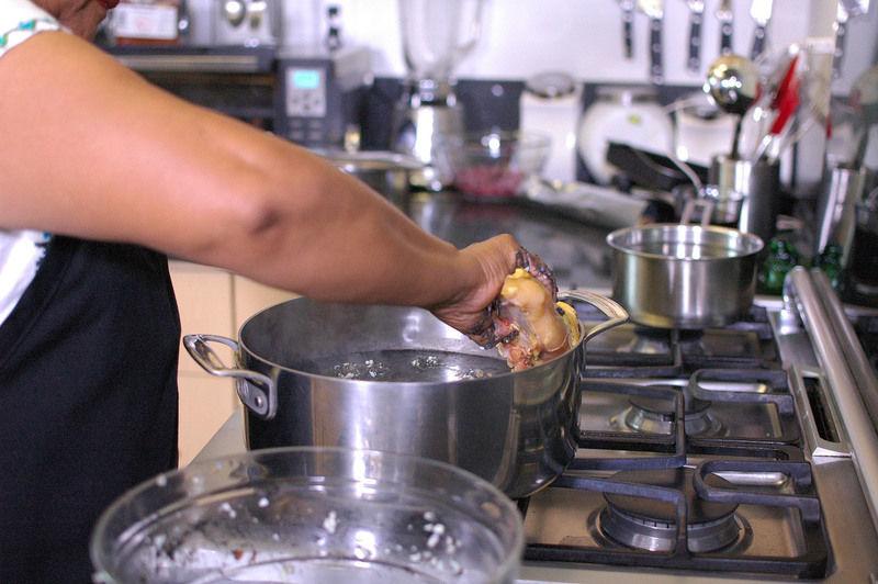 Agregar la pechuga de pollo en dos partes y dejar cocer durante 20 minutos o hasta que las albóndigas y la pechuga estén cocidas.