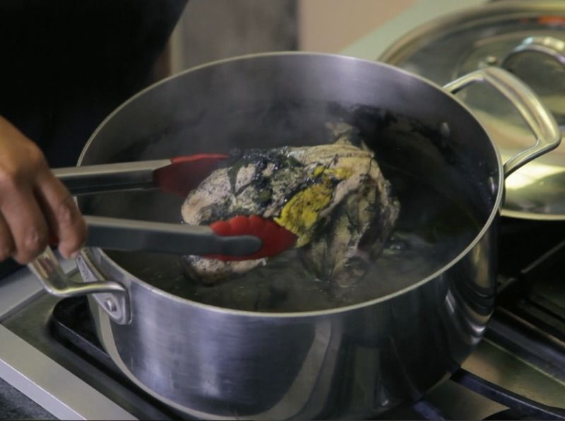 Retirar la pechuga de pollo y deshebrar