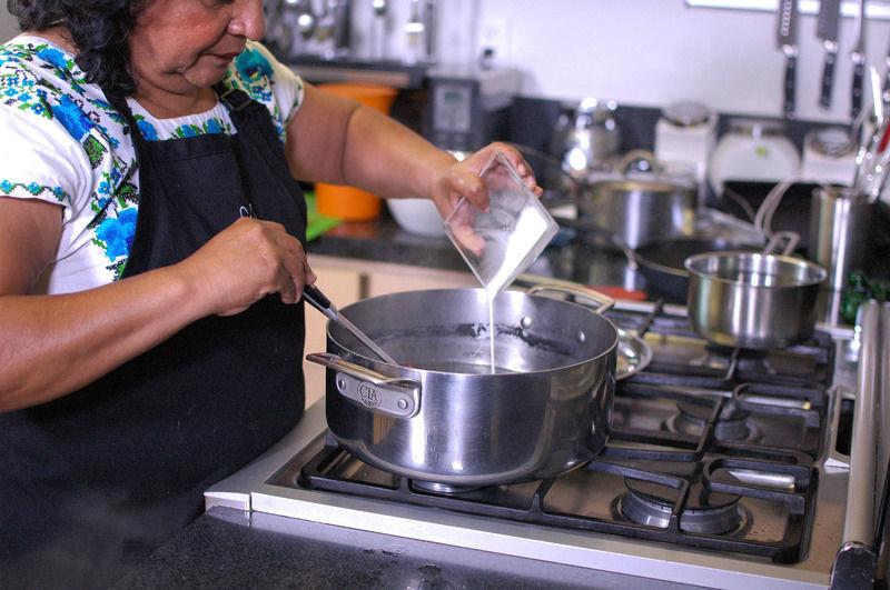 Agregar la harina diluida en agua al consomé de pollo, bajar la lumbre y seguir cociendo durante 5 minutos, moviendo constantemente para que no se hagan grumos.