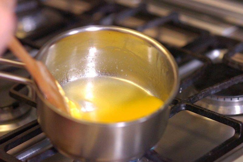 En una olla onda derretir la mantequilla.