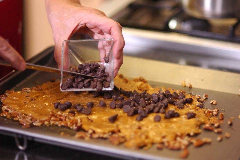 agregar los chips de chocolate y con un cuchillo extender sobre el caramelo.