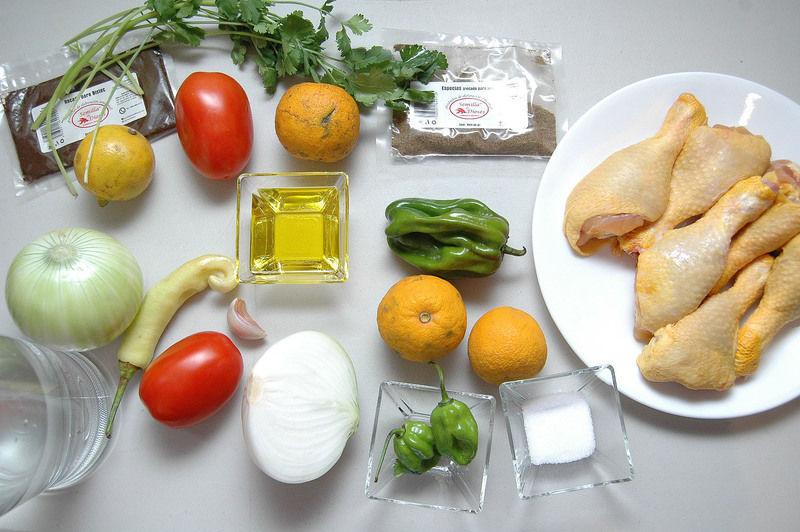 Ingredientes para sopa 2 kilogramos de pollo 6 gramos de condimento para especias 4 gramos de recado para bistec 2 piezas de naranja agria 1/2 kilogramo de jitomate guaje 1 pieza de chile xcatic o güero 1 pieza de chile dulce 2 piezas de lima 1 diente de ajo 1 rama de cilantro 2 litros de agua sal al gusto aceite de oliva al gusto 1 pieza de cebolla blanca Ingredientes para Knipek 1 pieza de jitomate guaje 1/2 pieza de cebolla blanca 1/2 manojo de cilantro 2 piezas de chile habanero 1 pieza de naranja agria sal al gusto