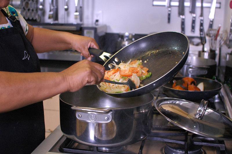 Cortar en medias lunas 2 jitomates, ½ cebolla y un chile dulce. Sofreír, agregar al caldo y dejar hervir.