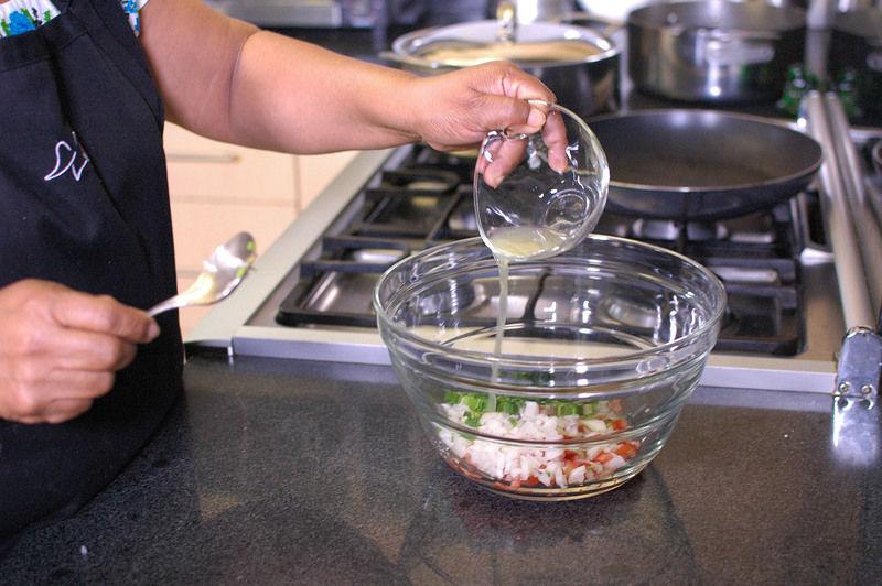 Agregar el jugo de naranja agria, sazonar con sal al gusto.
