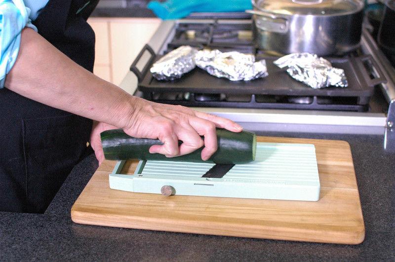 Cortar el pepino en tiras delgadas con la ayuda de la mandolina y reservar.