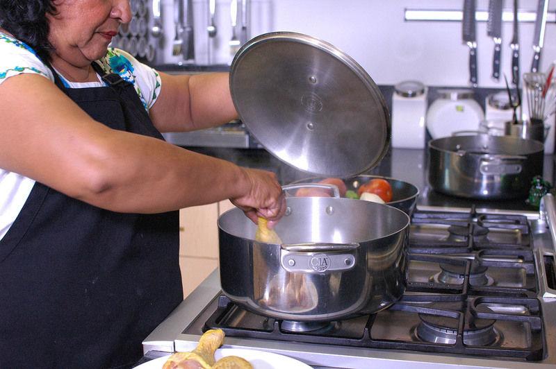 Poner a cocer el pavo o pollo en 2 litros de agua con 4 gr de condimento para especias y sal al gusto.