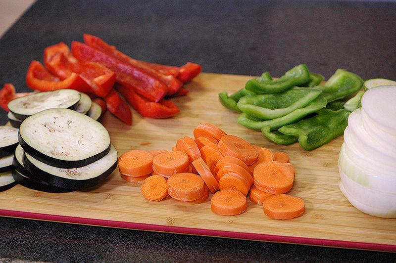 Cortar la berenjena, la calabacita italiana, zanahoria y la cebolla en rodajas no muy gruesas, el pimiento morrón en tiras gruesas descartando la parte blanca del centro y semillas.