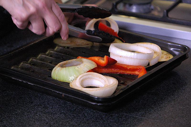 Colocar sobre la charola para horno la rejilla, poner las verduras sobre la rejilla.