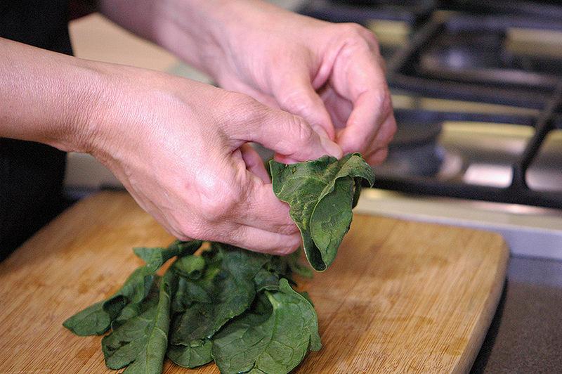 Retirar las hojas de espinaca del tallo.