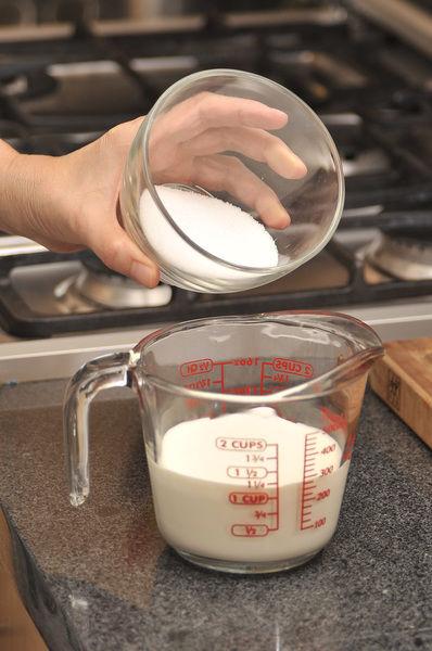 Mezclar la crema con el azúcar.