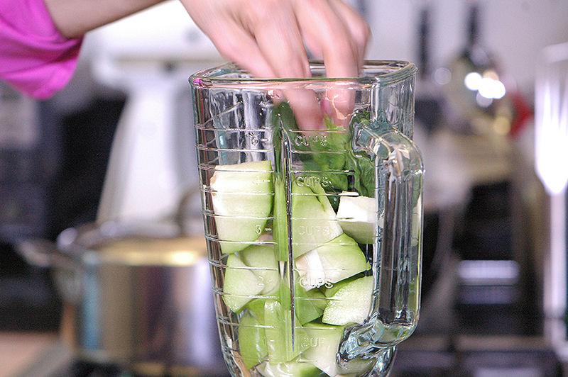 Colocar en el vaso de la licuadora los trozos de chayote, hojas de espinaca.
