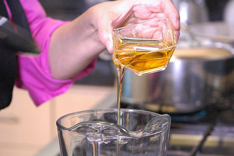 Endulzar el resto del agua con la miel de agave.