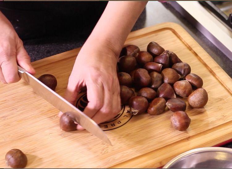 Hacer cortes en forma de cruz con mucho cuidado en la cáscara gruesa de las castañas para facilitar el pelarlas más adelante.