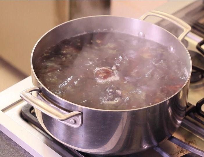 Colocarlas en una olla honda y cubrir completamente con agua. Calentar y dejar hervir por 15 minutos.