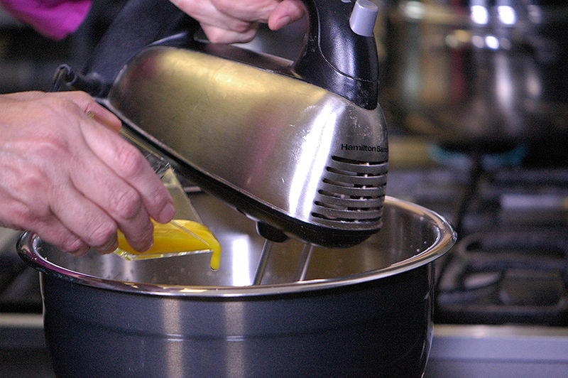 Añadir una por una las 4 yemas de huevo y continuar batiendo.