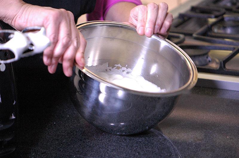 En otro tazón, batir las 4 claras de huevo hasta que se esponjen y al voltear el tazón no se caigan.