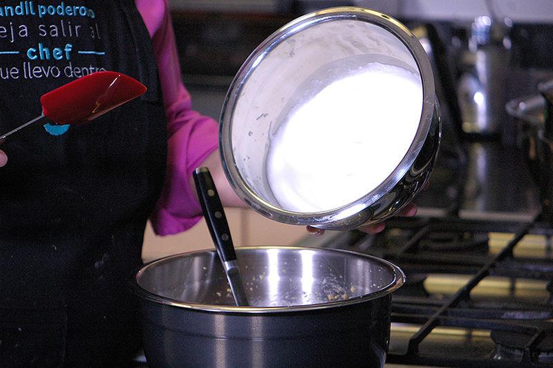 Agregar las claras batidas a la mezcla de castañas e integrar con un movimiento envolvente utilizando una pala.