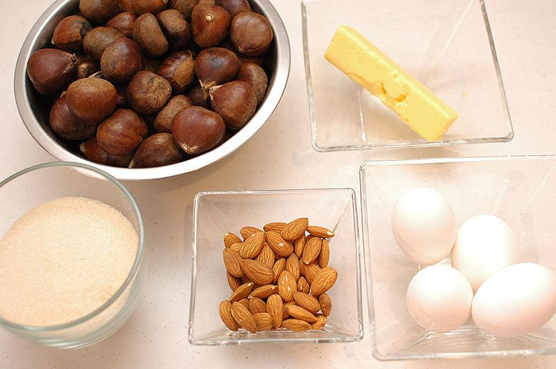 Ingredientes para receta 1 kilogramo de castañas 1 1/4 tazas de azúcar blanca 70 gramos de mantequilla 4 piezas de huevo 1/2 taza de almendras enteras