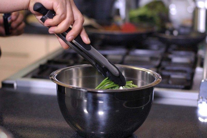 Desinfectar el cilantro en un tazón con agua y unas gotas de desinfectante durante 5 minutos Escurrir y reservar.