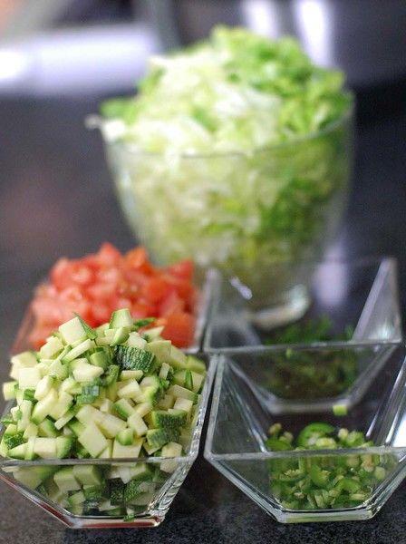 Picar finamente, el jitomate guaje, chile serrano, calabacita picada, ramas de cilantro y la lechuga.