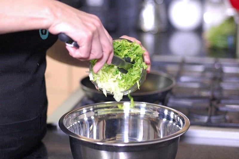 Añadir jitomate picado, chile picado.
