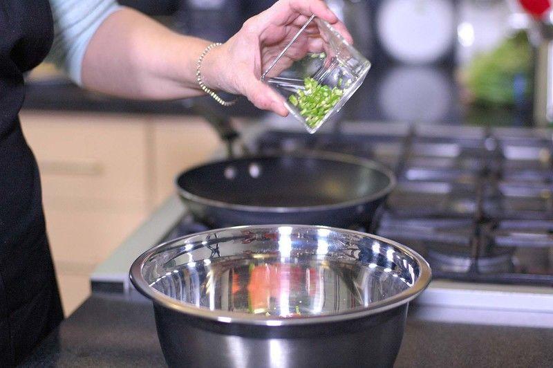Agregar calabacita picada, cilantro picado.