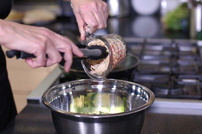 Sazonar con pimienta, sal y un poco de aceite de oliva. Revolver bien con la ayuda de la pinza y rectificar sazón.