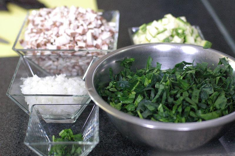 Picar finamente los champiñones, las hojas de espinaca, calabacita italiana, cebolla y rama de epazote.
