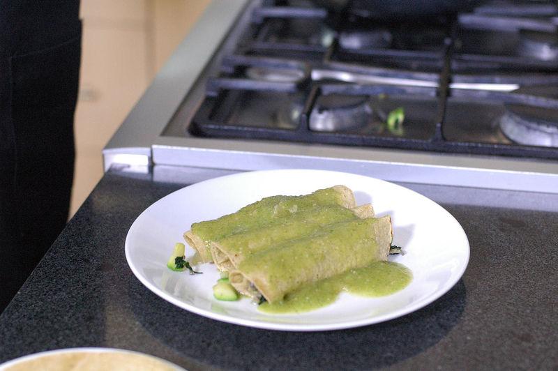 Colocar sobre el plato y bañar con la salsa verde. Decorar con queso fresco.