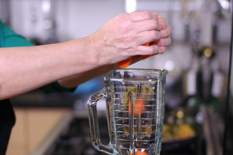Colocar en el vaso de la licuadora los trozos de zanahoria y trozos de apio.