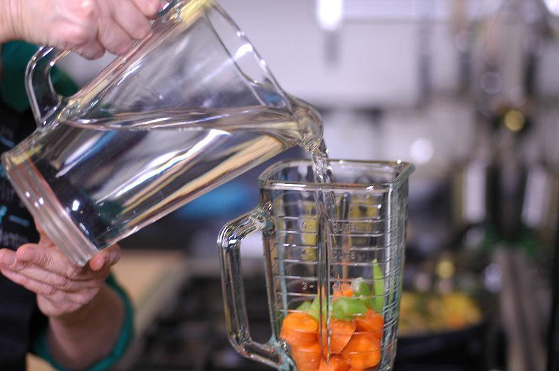 Añadir un poco de agua y moler hasta obtener una mezcla homogénea.