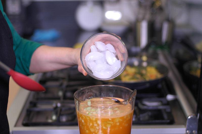 Agregar pepino picado y los hielos.