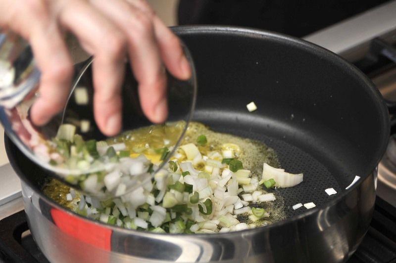 Acitronar cinco centímetros de poro junto con las cebollas picadas (incluyendo el rabo) en una sartén con el aceite de oliva y la mantequilla durante un par de minutos.