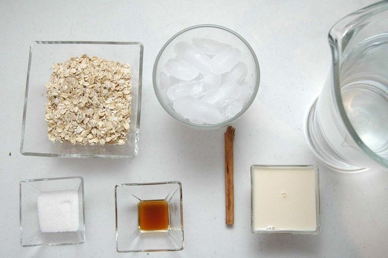 Ingredientes para receta 1 taza de hojuelas de avena hielo al gusto 1/4 taza de leche evaporada 1 vara de canela entera 1 cucharita de esencia de vainilla 2 litros de agua 2 cucharadas de azúcar blanca