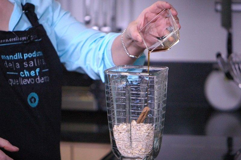Añadir raja de canela, extracto de vainilla.