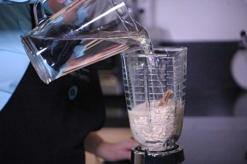 Agregar un poco de agua. Moler hasta obtener una mezcla homogénea.