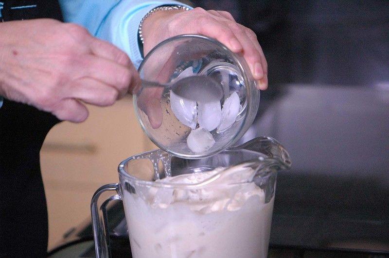 Añadir los hielos. Revolver bien con la ayuda de la pala para integrar todo.