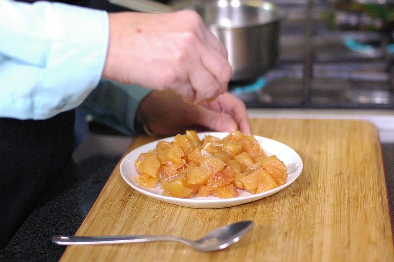 Cortar la pechuga de pollo e trozos pequeños y salpimentar por todos lados.