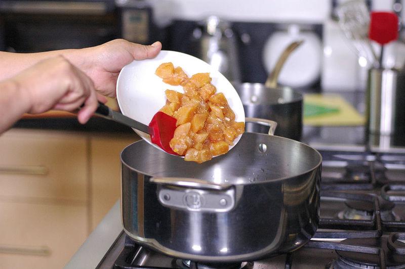 Calentar el aceite y cuando esté bien caliente, sofreír los trozos de pollo durante 5 minutos o hasta que se vean un poco dorados.