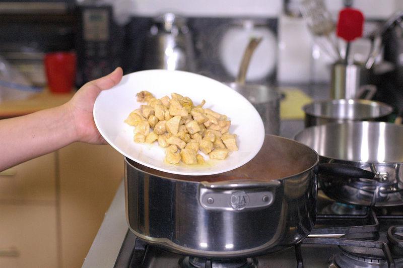 Añadir los trozos de pollo y rectificar sazón