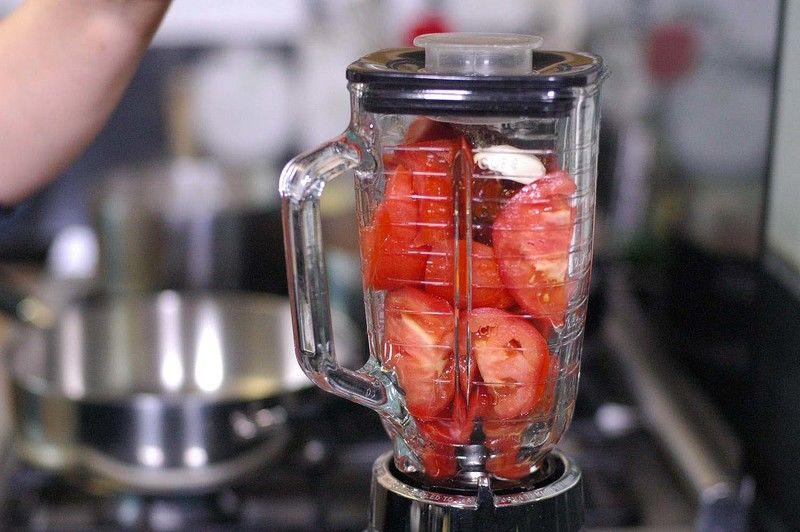 Añadir al vaso de la licuadora los jitomates partidos en cuartos, chile chipotle adobado, diente de ajo y orégano.