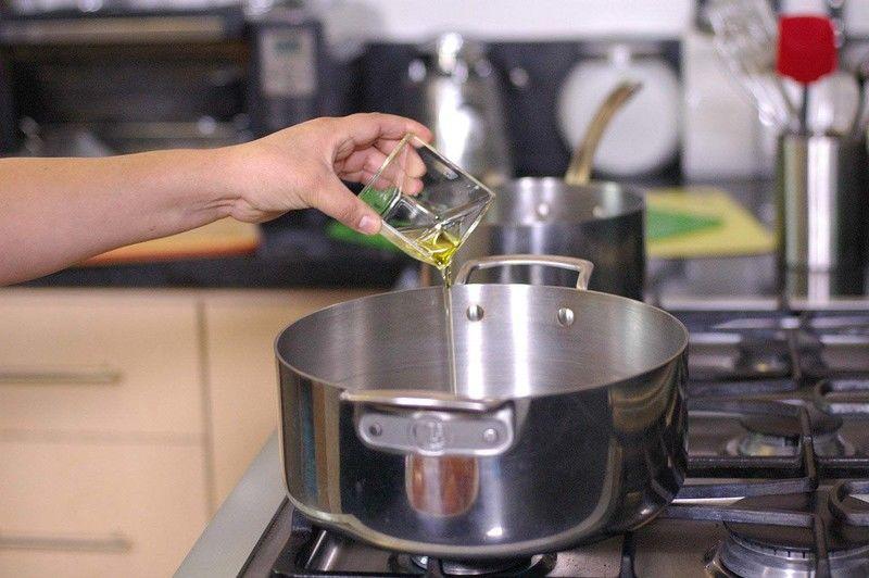 Calentar el aceite en el sartén y cuando esté bien caliente sofreír las rodajas de cebolla durante 3 minutos.