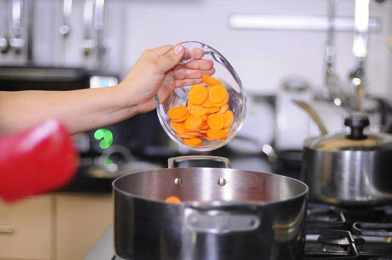 Agregar rodajas de chile seco y zanahoria. Continuar cociendo durante 5 minutos más.