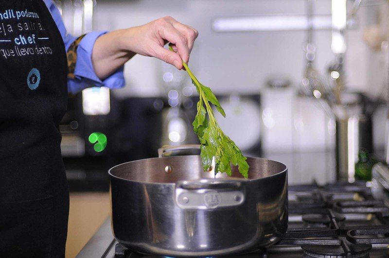 Agregar la rama de epazote, sazonar con sal y tapar. Dejar cocer durante 10 minutos.