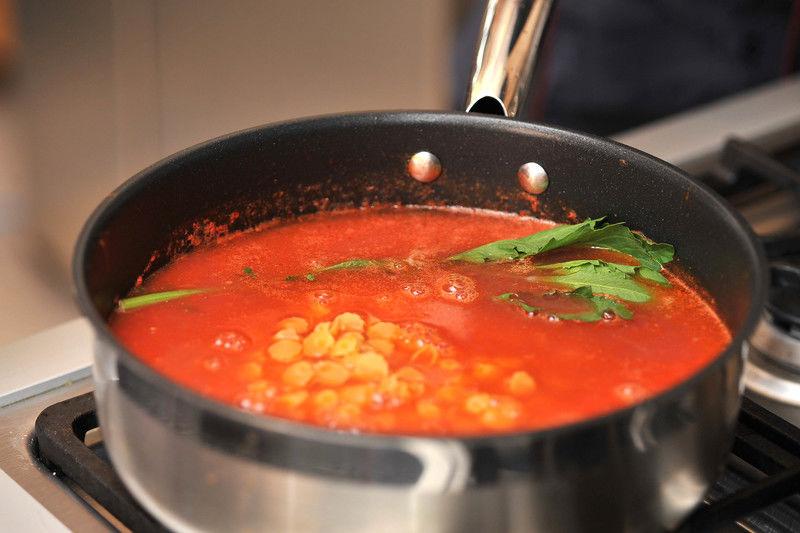 Agregar el caldo de pollo, la rama de epazote y la pasta y dejar cociendo 5 minutos más hasta que la pasta esté suave.